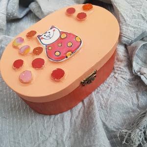 Cicás, Romantikus  narancssárga pöttyös cicás fadoboz kincsesláda ládika ékszerdoboz ládika, Lakberendezés, Otthon & lakás, Tárolóeszköz, Doboz, Dekoráció, Festett tárgyak, Mozaik, Nagyon kedves és vidám darab. Alapja fa, fémcsattal záródik. Díszítése egy kézmúves kerámia lapka vi..., Meska