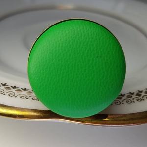 Zöld fűzöld préselt valódi bőr gyűrű, Ékszer, Táska, Divat & Szépség, Gyűrű, Klasszikus, letisztult darab ez a kellemes, élénk zöld gombfej betétes gyűrű. Színe erőteljes friss ..., Meska