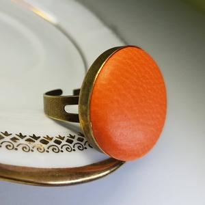 Narancssárga préselt valódi bőr gyűrű, Ékszer, Táska, Divat & Szépség, Gyűrű, Klasszikus, letisztult darab ez a kellemes, narancs gombfej betétes gyűrű.  A 25 mm -es betét igazi ..., Meska