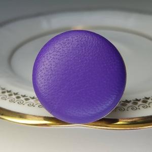 Lila préselt valódi bőr gyűrű, Ékszer, Táska, Divat & Szépség, Gyűrű, Klasszikus, letisztult darab ez a kellemes, élénk ibolyalila gombfej betétes gyűrű.  A 25 mm -es bet..., Meska