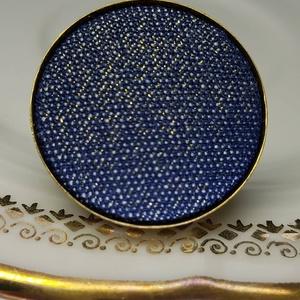 Sötétkék diszkréten arany csillámos farmer mono gyűrű, Ékszer, Táska, Divat & Szépség, Gyűrű, Különleges darab ez az elegánsan csillámos gombfej betétes gyűrű.  A 25 mm -es betét igazi présgéppe..., Meska