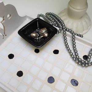 Cicás, Retró fekete - fehér pöttyös mozaik tálca, romantikus cicás reggeli kávé és tea kínáló, Otthon & lakás, Konyhafelszerelés, Tálca, Mozaik, Famegmunkálás, Retró hatású, rusztikus és visszafogott kedves kínáló tálca - fehér alapon fekete pöttyös üvegmozaik..., Meska