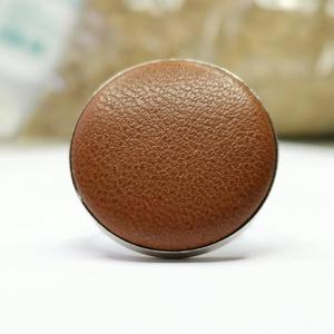 Barna valódi bőr gyűrű, Ékszer, Gyűrű, Klasszikus, letisztult darab ez a kellemes, mogyorbarna színű gombfej betétes gyűrű.  A 25 mm -es be..., Meska