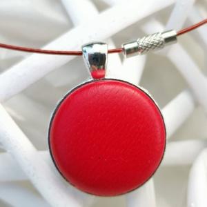 Piros valódi bőr klasszikus mono medál, Ékszer, Medál, Nyaklánc, Bőrművesség, Mindenmás, Különleges darab ez az egyszerű gombfej betétes medál. \nA 25 mm -es betét igazi présgéppel készült -..., Meska