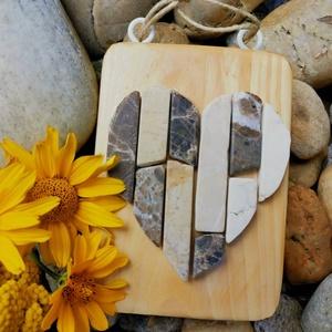 Vintage mozaik kő szív kép -fehér bézs beige barna -  3D falikép dekoráció természetes kőkép, Otthon & lakás, Dekoráció, Lakberendezés, Falikép, Famegmunkálás, Mozaik, A kép kézműves technikával készült, természetes alapanyagokból. \n\nKampó és akasztó nélkül mérve az a..., Meska