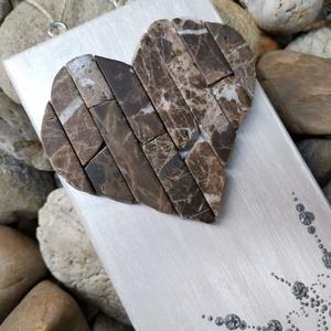 Gyöngyházfényes ezüst fehér vintage mozaik szív  barna kavics kép- 3D falikép dekoráció természetes kő kép, Otthon & lakás, Dekoráció, Lakberendezés, Falikép, Famegmunkálás, Mozaik, A kép kézműves technikával készült, természetes alapanyagokból. \n\nKampó és akasztó nélkül mérve az a..., Meska