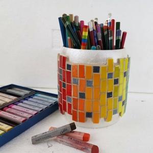 Színátmenetes szivárványos ceruza tartó, nagyméretű mozaik asztali ceruzatartó, ecset tároló, hordó tolltartó, fa bödön, Gyerek & játék, Gyerekszoba, Tárolóeszköz - gyerekszobába, Otthon & lakás, Famegmunkálás, Mozaik, Méretes, feltünő, stabil és látványos tolltartó.  Különleges hordó alakú fa ceruzatartó, színes vidá..., Meska