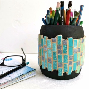 Fekete kék zöld színátmenetes nagyméretű mozaik asztali ceruza tartó, ecset tároló, hordó tolltartó fa bödön, Gyerek & játék, Gyerekszoba, Tárolóeszköz - gyerekszobába, Férfiaknak, Famegmunkálás, Mozaik, Méretes, feltünő, stabil és látványos tolltartó.  Különleges hordó alakú fa ceruzatartó, színes vidá..., Meska