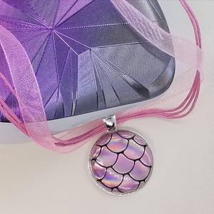 Rózsaszín pikkely mintás hologramos sellő medál, Ékszer, Medál, Nyaklánc, Különleges, feltünő medál ez a formájában egyszerű gomb betétes medál. Érdekessége a színjátszó felü..., Meska