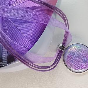 Rózsaszín-orgonalila-kék hologramos kigyóbőrmintás sellő medál, Ékszer, Medál, Nyaklánc, Bőrművesség, Mindenmás, Különleges, feltűnő darab ez a műbőr bevonatú formájában egyszerű gomb betétes medál. Érdekessége a ..., Meska