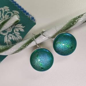Zöld-arany-kék hologramos kigyóbőrmintás bogárfényű erdő tündér fülbevaló, Ékszer, Fülbevaló, Ékszerkészítés, Mindenmás, Az ár egy pár makaron fülbevalóra vonatkozik.  Elegáns darab ez az egyszerű gombfej betétes fülbeva..., Meska