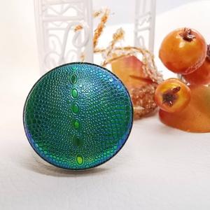 Zöld-arany-kék hologramos kigyóbőrmintás makarongyűrű - nagy, Ékszer, Statement gyűrű, Gyűrű, Különleges, feltűnő darab ez a formájában egyszerű gomb betétes gyűrű. Érdekessége a színjátszó felü..., Meska