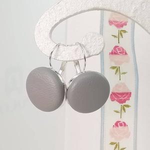 Szürke valódi bőr klasszikus makaron fülbevaló, Lógós fülbevaló, Fülbevaló, Ékszer, Bőrművesség, Ékszerkészítés, Az ár egy pár fülbevalóra vonatkozik.\n\nElegáns darab ez az egyszerű gombfej betétes fülbevaló.\nA 20 ..., Meska