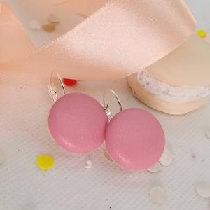 Rózsaszín valódi bőr klasszikus makaron fülbevaló, Lógós fülbevaló, Fülbevaló, Ékszer, Bőrművesség, Ékszerkészítés, Az ár egy pár fülbevalóra vonatkozik.\n\nElegáns darab ez az egyszerű gombfej betétes fülbevaló.\nA 20 ..., Meska