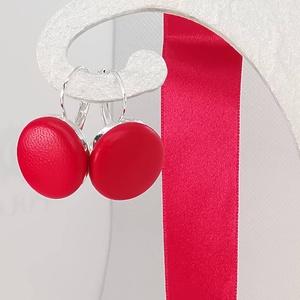 Piros valódi bőr klasszikus makaron fülbevaló, Ékszer, Fülbevaló, Bőrművesség, Ékszerkészítés, Az ár egy pár fülbevalóra vonatkozik.\n\nElegáns darab ez az egyszerű gombfej betétes fülbevaló.\nA 20 ..., Meska