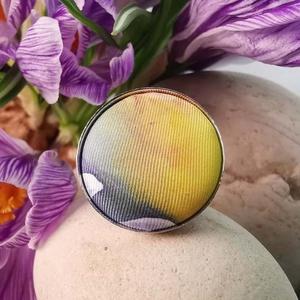 Sárga kék narancs kézzel festett selyem makaron gyűrű, Ékszer, Gyűrű, Táska, Divat & Szépség, Selyemfestés, Ékszerkészítés, Különleges darab ez a kézzel festett selyem gombfej betétes gyűrű. \nA 25 mm -es betét igazi présgépp..., Meska