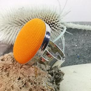 Narancssárga makaron gyűrű, Ékszer, Táska, Divat & Szépség, Gyűrű, Különleges darab ez a vidám gombfej betétes gyűrű.  A 25 mm -es betét igazi présgéppel készült - ez ..., Meska