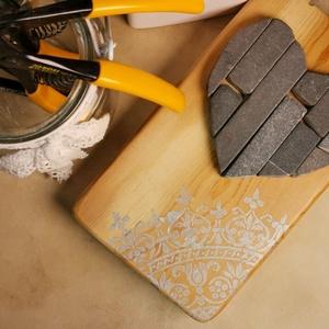 Szívecske falikép Vintage mozaik grafit szürke kő szív, csipke mandala díszítéssel, Mandala, Dekoráció, Otthon & Lakás, Famegmunkálás, Mozaik, A kép kézműves technikával készült, természetes alapanyagokból, hátoldalán fém akasztóval. \nEzüst fe..., Meska