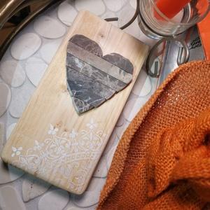 Szívecske Mozaik barna kő szív kép ezüstfehér csipke mandala díszítéssel - 3D falikép dekoráció természetes kőkép, Mandala, Dekoráció, Otthon & Lakás, Famegmunkálás, Mozaik, A kép kézműves technikával készült, természetes alapanyagokból, hátoldalán fém akasztóval. \nGyöngyhá..., Meska