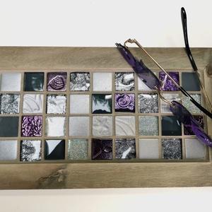Animus Velvet mozaik tálca,  fém lábakkal - ezüst bíbor színekkel, Otthon & lakás, Konyhafelszerelés, Tálca, Férfiaknak, Sör, bor, pálinka, Mozaik, Famegmunkálás, Karakteres kínáló tálca - exkluzív üvegmozaikokkal díszítve, fémfogantyúkkal ellátott. Ezüst, szürke..., Meska