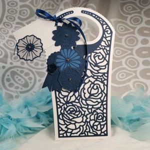 Elegáns fehér kék csipke ajándékátadó táska díszdoboz, szülőköszöntő, lánybúcsú, esküvő: HMB2107_37, Esküvő, Emlék & Ajándék, Szülőköszöntő ajándék, Mérete:  21.5 x 9 x 6  cm Magassága 21.5 cm Legszélesebb pontján 12 cm  Az alja 9 x 6 cm  Celofánba,..., Meska