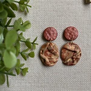 LÚCIA réz és bézs gyurma fülbevaló, Ékszer, Fülbevaló, Lógós fülbevaló, Ékszerkészítés, Gyurma, Kézzel készült egyedi fülbevaló, réz és bézs színű süthető ékszergyurma felhasználásával. Arany szín..., Meska