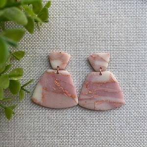 ODETT rózsakvarc színű gyurma fülbevaló, Ékszer, Fülbevaló, Lógós fülbevaló, Gyurma, Ékszerkészítés, Kézzel készült egyedi fülbevaló szett, rózsaszín átlátszó és fehér színű süthető ékszergyurma  felha..., Meska