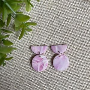 POLLI rózsaszín gyurma fülbevaló, Ékszer, Fülbevaló, Lógós fülbevaló, Ékszerkészítés, Gyurma, Kézzel készült egyedi fülbevaló, rózsaszín, lila és fehér színű süthető ékszergyurma felhasználásáva..., Meska