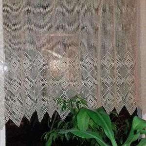 Absztrakt négyszögekkel csipkésen-Horgolt mogyoró színű,csipke függöny, Dekoráció, Otthon & lakás, Lakberendezés, Lakástextil, Függöny, Horgolás, Pamutfonalból készült egyedi mintás nagy méretű,de könnyű vitrázs horgolt függöny.\nSzíne világos mog..., Meska