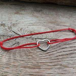 Vékony karkötő kontúrszív medállal, Ékszer, Karkötő, Ékszerkészítés, Csomózás, Vékony zsinórból készült karkötő, szív medállal.\nTöbbféle színben kapható!\n\nMérete állítható! A szív..., Meska