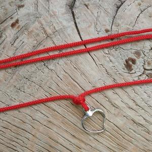 Ezüst szives vékony karkötő, Ékszer, Karkötő, Ékszerkészítés, Csomózás, Igazi kis kincs! Egy ezüst kontúrszív medállal díszített karkötő. Mintha rajzolva lenne!\nÁllítható m..., Meska