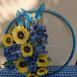Napraforgók, Ajtódísz & Kopogtató, Dekoráció, Otthon & Lakás, Virágkötés, Újrahasznosított alapanyagból készült termékek, A kreáció egy kerékpár küllőre készült. Miután kékre festettük a küllőt, csodálatos élethű selyemvir..., Meska