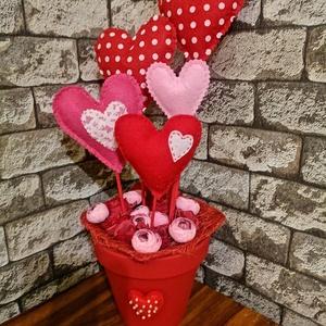 Valentin nap, Otthon & Lakás, Dekoráció, Mindenmás, Virágkötés, Filcből készült szíveket használtam ehhez a kreációhoz. Az alját selyemvirágokkal díszítettem...., Meska