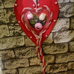Szív, Otthon & Lakás, Dekoráció, Virágkötés, Fa szivet lefestettem pirosra. Majd egy áttetsző, műanyag szívet tettem a közepébe, aminek a belsejé..., Meska
