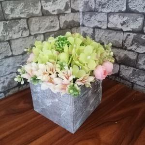 Tavaszi üdeség, Otthon & Lakás, Lakberendezés, Virágkötés, Fadobozkába helyeztem a zöld és rózsaszín selyemvirágokat. Színeivel a tavasz, az újjá születés hang..., Meska