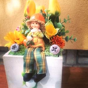 Emberke a tulipánok között, Otthon & Lakás, Dekoráció, Virágkötés, Fa ládikát díszítettem  vidám színű tulipánokkal. Ezek tövében lógatja a lábát a megfáradt emberke. ..., Meska