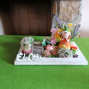 Kiskertben , asztaldísz, Otthon & Lakás, Bútor, Asztal, Virágkötés, Keretbe helyeztem egy bájos kis kertet, melynek közepén egy ifjú hölgy pihenget. A kertet egy kis hí..., Meska