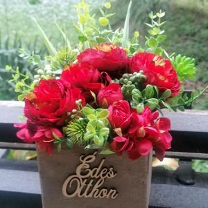 Rózsabox, Otthon & Lakás, Bútor, Asztal, Virágkötés, Mindenmás, Gyönyörű vörös rózsával díszítettem a fa ládikát. Megrendeléstől számítva egy napon belül elkészül. ..., Meska