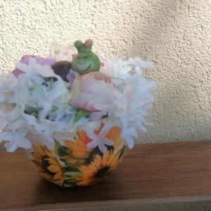 Asztaldísz csiga lánnyal, Otthon & Lakás, Bútor, Asztal, Virágkötés, Mindenmás, Napraforgós kaspóba varázsoltam igazi napsütéses hangulatot. A virágok közepén kicsi csiga pihenget...., Meska