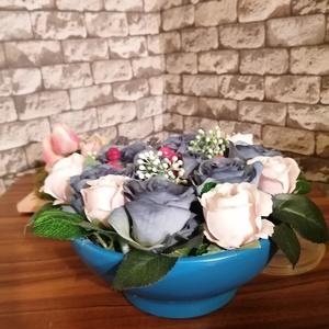 Kék rózsás asztaldísz, Otthon & Lakás, Bútor, Asztal, Festett tárgyak, Virágkötés,  Ez a kék- rózsaszín rózsás gyönyörű asztaldísz csak Rád vár. A kaspó átmérője 24 cm, magassága virá..., Meska