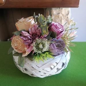 Csupa virág asztaldísz, Otthon & Lakás, Bútor, Asztal, Virágkötés, Mindenmás, Csodás színű selyemvirágokkal díszítettem ezt a fonott kosarat. Asztaldísznek, iroda dekorációjának ..., Meska