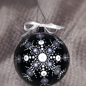 """Silver pontozott mandala gömbdísz, karácsonyfa dísz, Otthon & Lakás, Karácsony & Mikulás, Karácsonyfadísz, Festett tárgyak, \""""A letisztult tökéletesség\""""\n8cm átmérőjű műanyag gömb akrilfestékkel festve, lakkal fixálva, strassz..., Meska"""