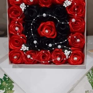 Rózsabox , Csokor & Virágdísz, Dekoráció, Otthon & Lakás, Virágkötés, Egyedi ajándékot keresel?\nEz a gyönyörű piros-fekete párosításban készült szaténrózsa box,egy igazi ..., Meska