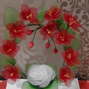 Virág koszorú harisnyából , Koszorú, Dekoráció, Otthon & Lakás, Virágkötés, Ez a gyönyörű 10+1 virágot tartalmazó koszorú,egy egyedi ajándék,dísz lehet bármilyen alkalomra.\nMag..., Meska