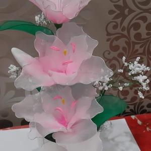 Liliom harisnyából, Otthon & Lakás, Dekoráció, Csokor & Virágdísz, Virágkötés, Mindenmás, Rózsaszín liliom,mely 3 csodás liliom fejből és 2 bimbóból valamint apró rezgőkből áll.\nMagassága kb..., Meska