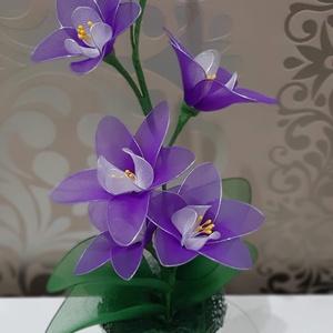 Orchidea lila harisnyából , Otthon & Lakás, Dekoráció, Csokor & Virágdísz, Virágkötés, Mindenmás, Lila harisnyából készült orchidea,fehér középpel,5 db virággal és 3 bimbóval.\nMagassága kb 40 cm.\n..., Meska