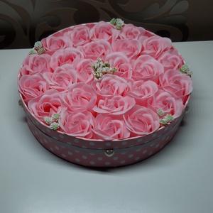 Szappanrózsa box 25 db-os, Otthon & Lakás, Dekoráció, Csokor & Virágdísz, Virágkötés, Mindenmás, 25 db-os rózsaszínű illatosított  szappanrózsa box.\nÁtméröje 18 cm.\nMinden nő imád rózsát kapni aján..., Meska