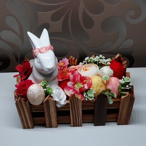 Húsvéti asztaldísz nyuszival, Otthon & Lakás, Dekoráció, Asztaldísz, Virágkötés, Mindenmás, Élethű virágokkal és színes tojásokkal díszített kis kertecske kerámia nyuszival.\nA fa kertecske mér..., Meska