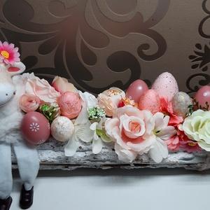 Mosolygós bárány farönkön húsvéti dekoráció , Otthon & Lakás, Dekoráció, Asztaldísz, Virágkötés, Mindenmás, Egyedi,kézzel készített asztaldísz,cuki kis báránykával,húsvéti tojásokkal és selyemvirágokkal.\nMinő..., Meska