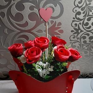 Vörös rózsás kosár, Otthon & Lakás, Dekoráció, Csokor & Virágdísz, Virágkötés, Mindenmás, Piros pillangó alakú kosárkában, 7 szál gyönyörű vörös rózsa valamint gyöngyvirág és boglárka élethű..., Meska